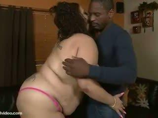 Liels pakaļa latina lielas skaistas sievietes slobs un swallows liels dzimumloceklis
