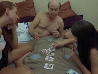 Jelek kakek vs cantik muda gadis di gambar/video porno vulgar.