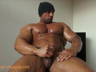 Bisexuell bodybuilder masturbates