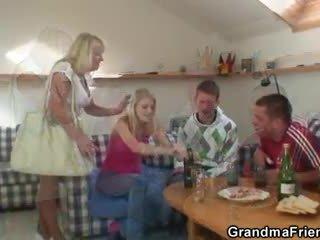 Partying guys pond grootmoeder van beide ends