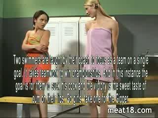 Two sexig tonåren remsan naken före de få körd och creampied i den locker rum