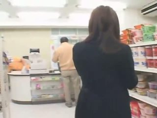 Povekas japanilainen hitomi tanaka has seksi sisään the myymälä