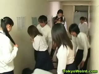Japonesa schoolgirls stripped y manoseada vídeo