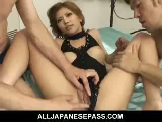 Đáng yêu nhật bản cô gái akane hotaru takes two cocks tại các