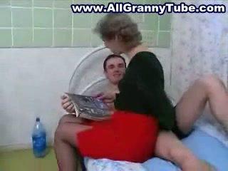 Senelė ir grandson dulkinimasis