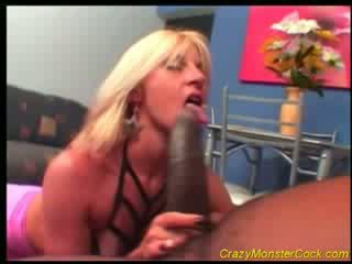 Racy blondine receives reusachtig boner