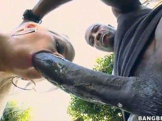 בלונדינית בייב takes a 12 inch זין למעלה שלה תחת!