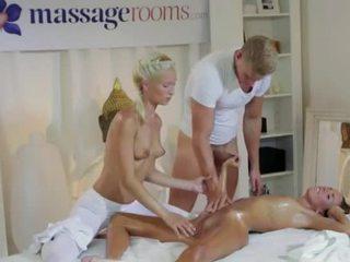 熱 褐髮女郎 在 三人行 同 masseurs 一對