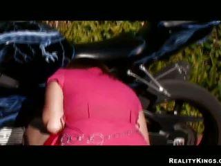Blandet race pulverizing til bike loving gal alice bell