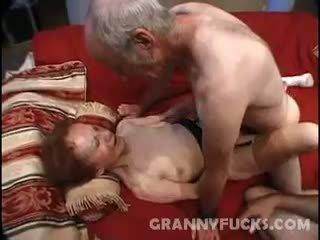 Raw avó sexo a três
