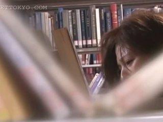 Tempting азіатська cutie пизда teased під спідницею в the бібліотека