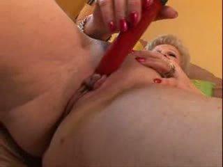 Oma met groot clit