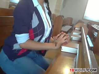 חזה גדול נוער flashing שלה גוף ב כנסייה