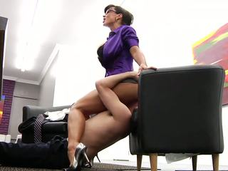 Õnnelik töötaja licking tema kuum küpsemad boss