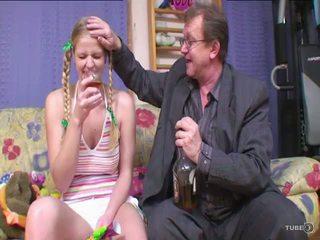Liels titty blondīne finds viņai tētis