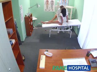 Fakehospital chaud noir haired mère cheats sur hubby avec docteur