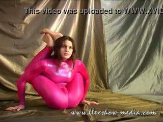Contortionist marina twists αυτήν σώμα σε ένα σέξι λάστιχο bodysuit
