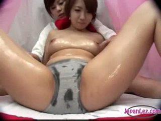 Aziāti meitene uz biksīšu massaged ar eļļa bumbulīši rubbed vāvere fing