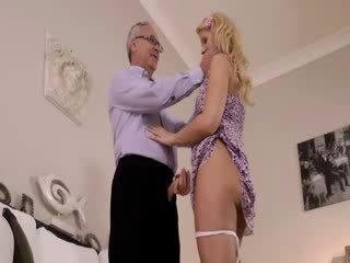 Super horký blondie opravdu gets sání pro starý jim na a gauč