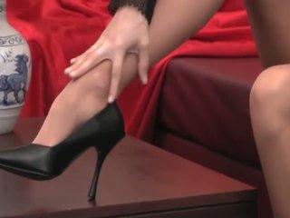 性感 provocative 孩儿 同 长 腿 在 高 脚跟 和 丝袜 teases