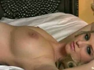 Горещ блондинки stripps край тя clothes мастурбиране в той hoty легло