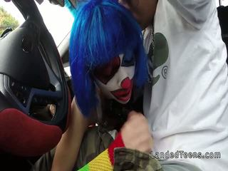 Clown tiener zuigen reusachtig lul in de auto
