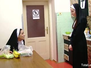 Styggt nuns spela med mat & varje andra