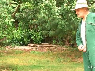 FFMM 2 cougars francaises baisees et fistees dans la jardin