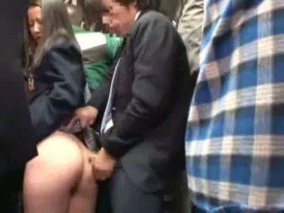 Koolitüdruk käperdatud poolt stranger sisse a crowded buss