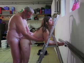 Slutty خادمة سخيف الاباحية addict جد gets فم.
