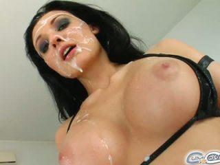 brunett, stora bröst
