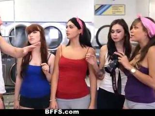 Bffs - коледж дівчинки ебать creepy guy sniffing трусики
