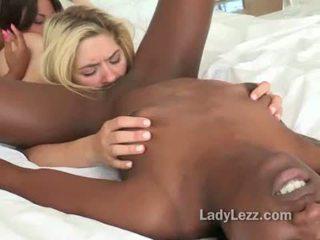 Interraciaal lesbisch poesje licking wild threeway