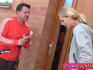 Jauns blondie likes jogging un jāšanās