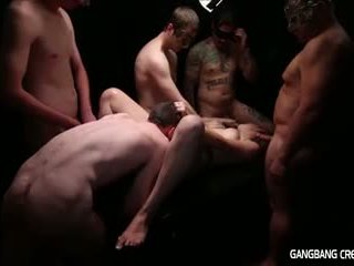Gangbang sahnetorte lesbisch gets einige schwanz und gets creamed