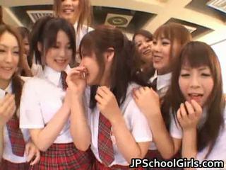 Όμορφος/η ιαπωνικό schoolgirls exploring