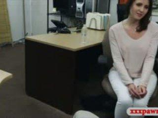 Seksi ibu rumah tangga stuffed oleh menjijikan pawn guy di itu ruang belakang
