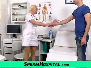 شقراء ناضج dita gets بوضعه في الثدي في مستشفى