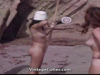 Dabas nūdists meitenes pie a mežonīga pludmale