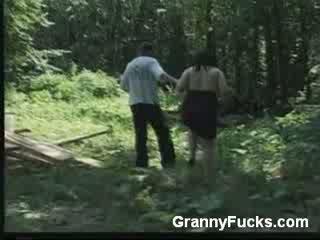 Rondborstig ouder vrouw gives pijpen