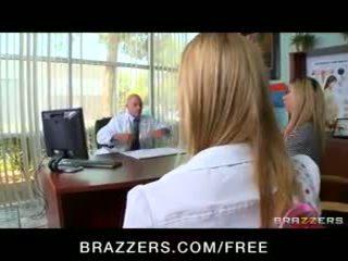 Wondermooi natural-tit blondine tiener molly bennett fucks haar dokter