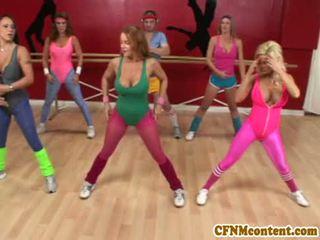 Cfnm actie bij yoga klasse met raquel