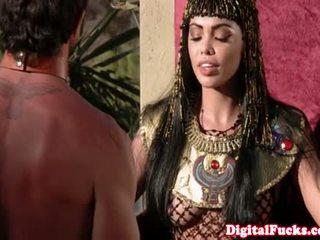 Adembenemend egyptisch koningin is hoovering lul