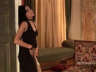 Brunette sexytie anita pearl stripping en poseren haar sexy lichaam