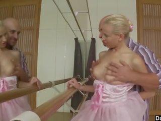 Blondīne balerīna ballet barre jāšanās