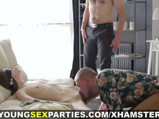 Unge sex parties - bind for øynene overraskelse threeway: porno 1a