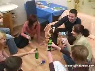 Alcoolisée sexe fête toujours leads à cochon orgie