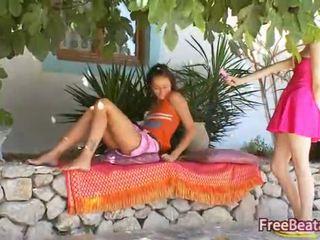 19yo lesbisch friends kussen