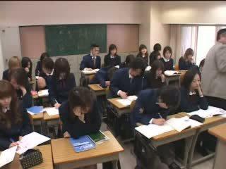 Japansk tenåringer merker kjærlighet med hender i klasserom video