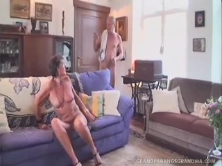 Grey haired nonnina sofie takes il twin dipping di gigante jock
